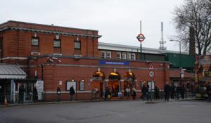 800px-LondonUnderground_GoldersGreenStation